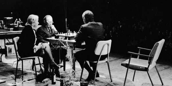 Marcel Duchamp and John Cage playing chess (photo: Shigeko Kubota)