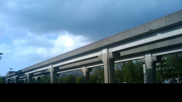 Stunning metro fly-over overlooks Hirschhorn and Spinoza